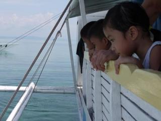 kids lookin in the sea.jpg